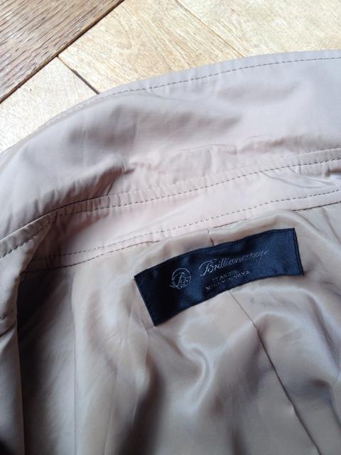 意外と簡単!トレンチコートの襟汚れがすっきり落ちる方法とは?